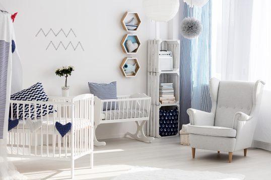 Neutrales Babyzimmer hell eingerichtet als Wohnidee – Beispiel mit weißen Bab...