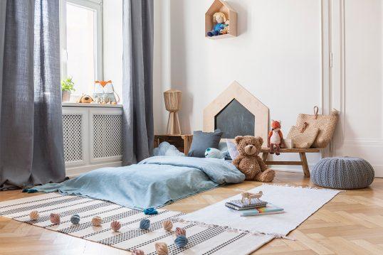 Kinderzimmer für Jungs Idee – Beispiel mit bodengleichen Kinderbett  Sitzkiss...
