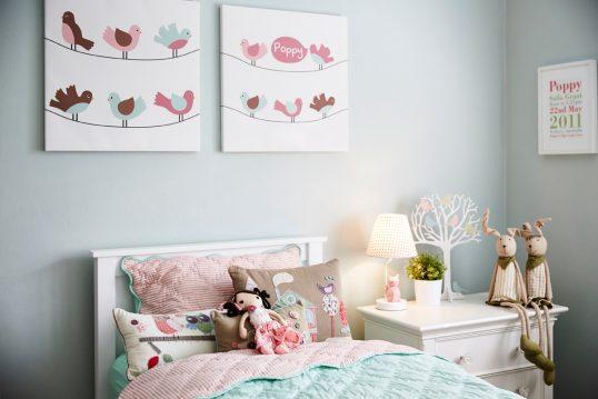 Gestaltungsidee für das Kinderzimmer – Leinwandbilder über dem weißen Bett &#...