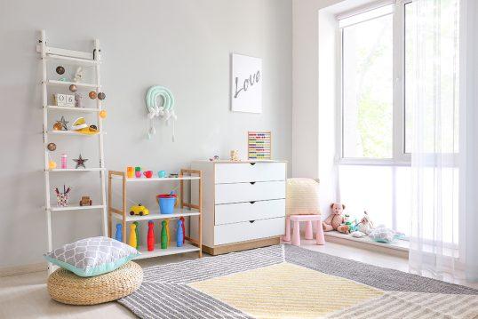 Einfache Kinderzimmer Gestaltungsidee – Beispiel mit weißen dekorierten Leite...