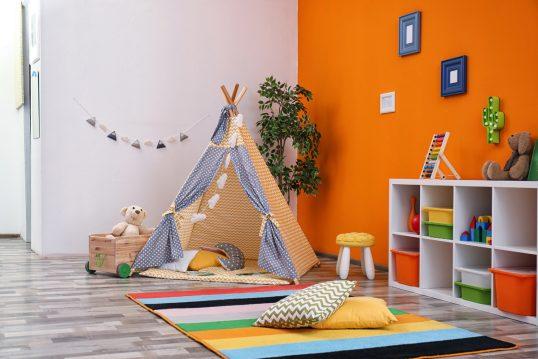 Kinderzimmer Wohnidee – Beispiel mit orangener Wandfarbe & Bilderrahmen ...