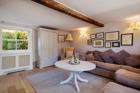 Landhaus Wohnzimmer mit Wandgestaltung Idee – Einrichtungsbeispiel mit rustikalen Ecksofa & runden ...