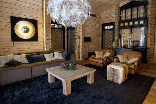 Idee für ein luxuriöses Wohnzimmer in einer Landhausvilla mit Holzvertäfelung – Beispiel mit großen Sofa...