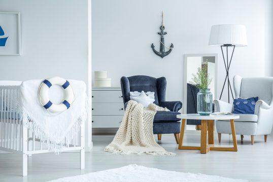 Mediterrane Babyzimmergestaltung mit blauen Dekoobjekten – Weißes Babybett &#...