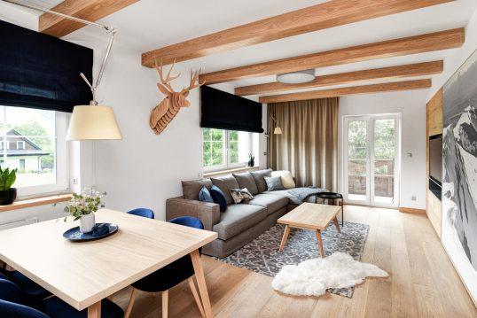 Landhaus Appartement Wohnung im modernen Landhausstil eingerichtet – Idee mit grauen Stoffsofa & Be...