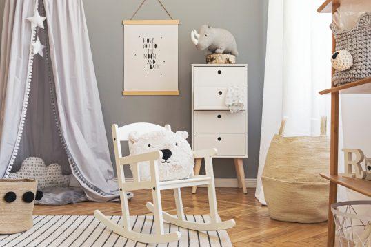 Skandinavische Kinderzimmereinrichtung mit Dekoration – Wohnidee mit Schaukel...