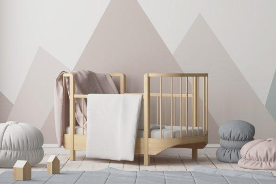 Wohnidee – Skandinavisches Babyzimmer mit Berg Wandgestaltung – großes Babybett aus Holz – Sitzsäcke & Sitzkissen