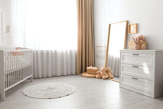 Moderne Idee für das Babyzimmer – Beispiel mit weißem Babybett & weißen ...