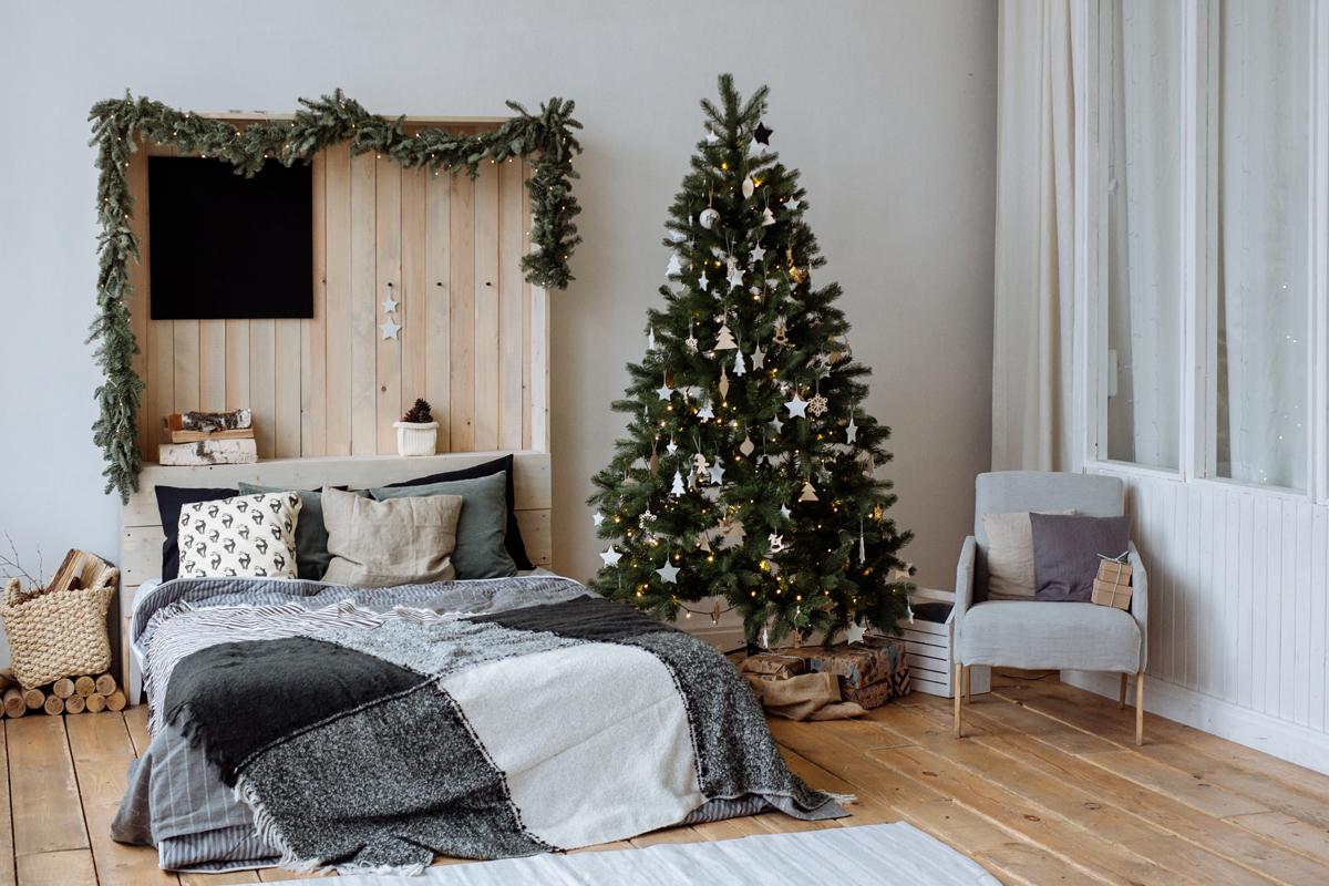 Weihnachtsbaum mit Papierschmuck im Schlafzimmer
