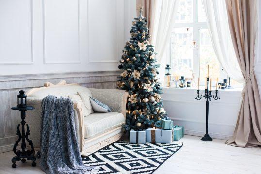 Barocke Einrichtung mit Weihnachtdekoration als Wohnidee – Antikes Sofa &...