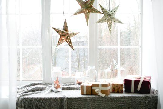Gestaltung der Fensterbank mit Weihnachtsdeko & Winterdeko – Decke  Gläs...