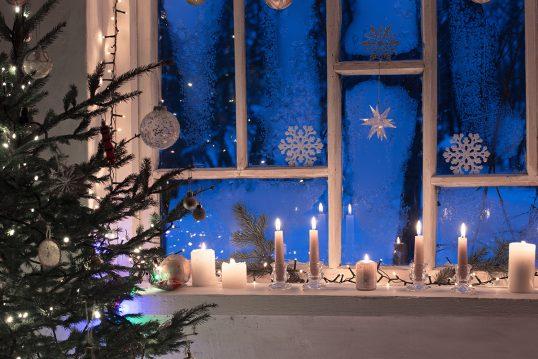Fenster & Fensterbrett Weihnachtsdeko Idee – Beispiel mit Kerzen & ...