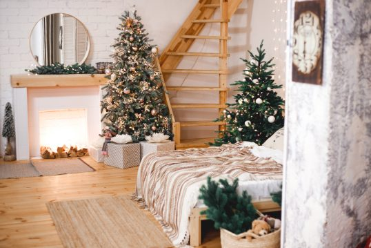 Wohnidee – Landhaus Loft mit Weihnachtsdeko & Adventsdeko – Beispiel mit dekorierten Kamin & geschmückten Weihnachtsbäumen