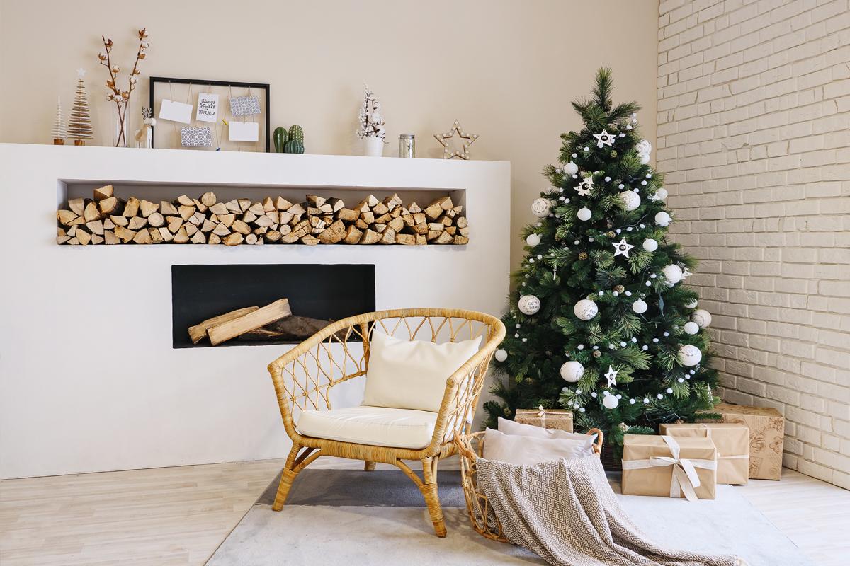 Helles Wohnzimmer mit weiß dekoriertem Weihnachtsbaum