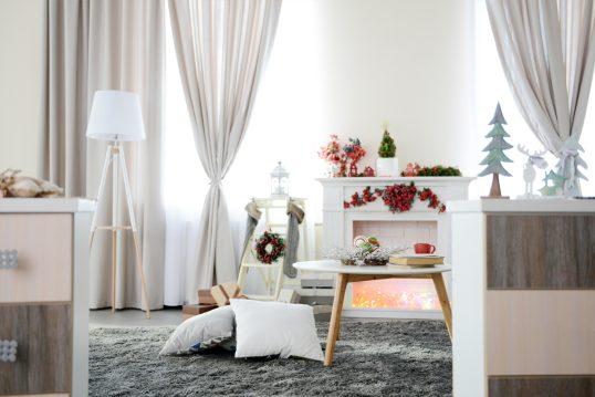 Minimalistisches Wohnzimmer mit Weihnachtsdeko als Einrichtungsidee – Beispiel mit skandinavischen Möbel...