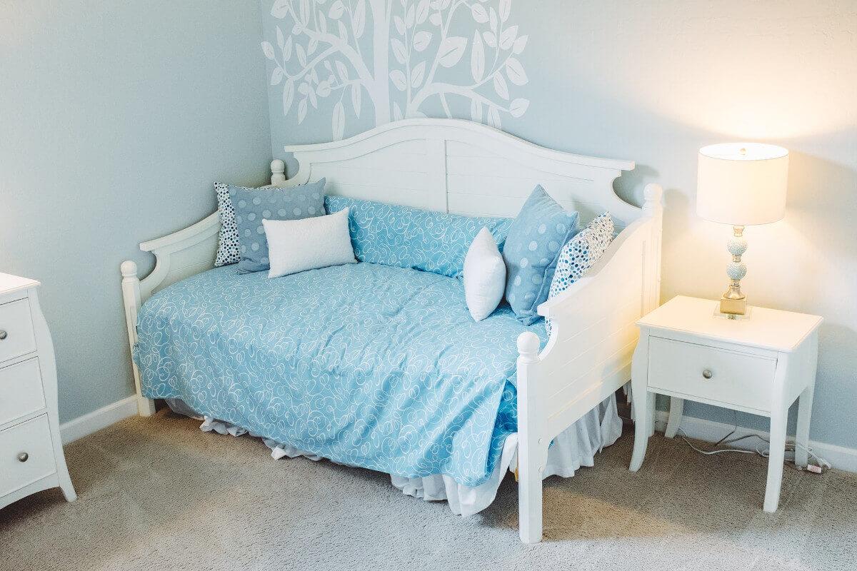 Mädchenzimmer mit Wandfarbe in Hellblau & Weiß