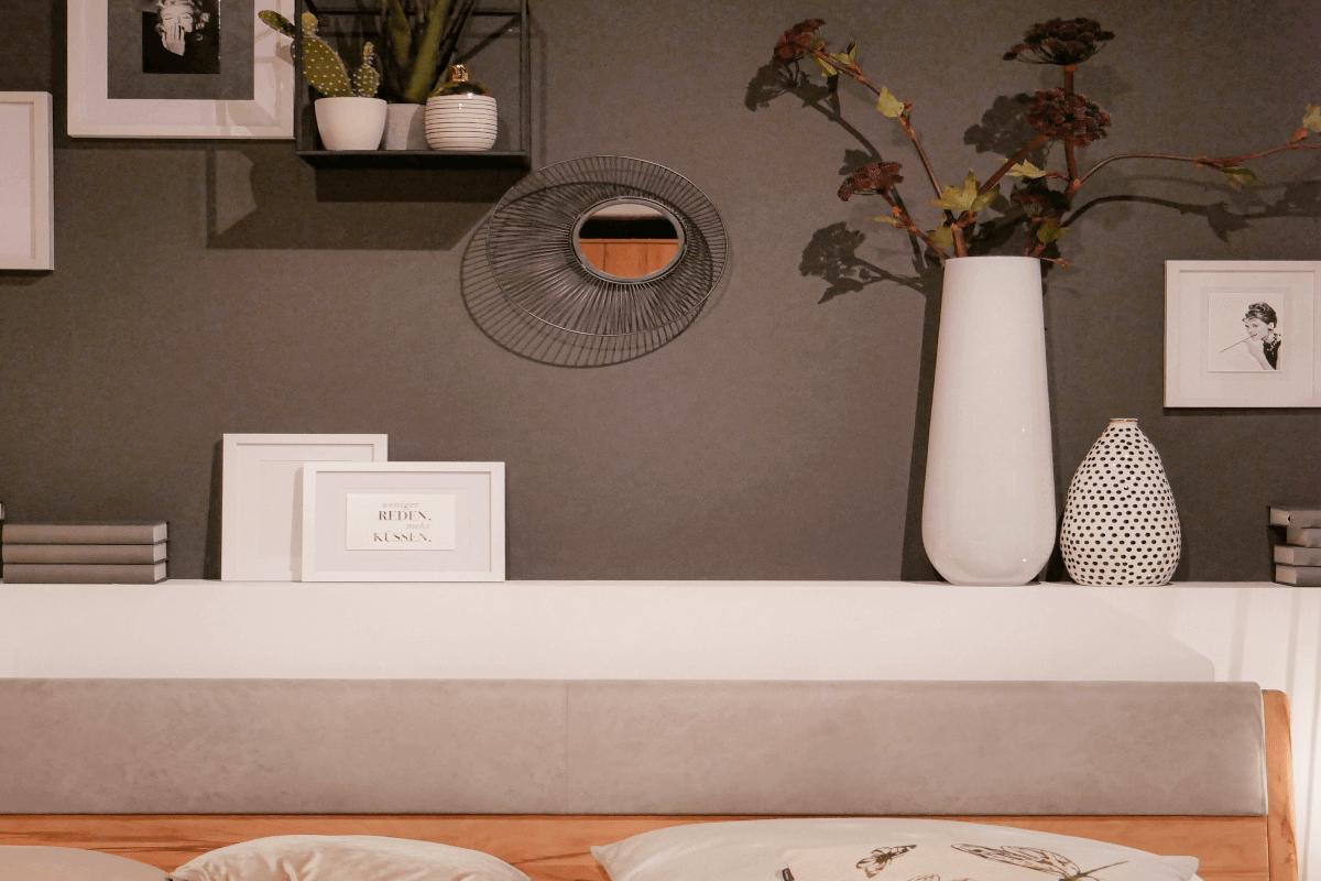 Schlafzimmer mit grau-brauner Akzentwand