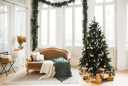 Weihnachtlich geschmücktes Wohnzimmer im barocken Stil – Idee mit dekorierten Weihnachtsbaum & Weih...