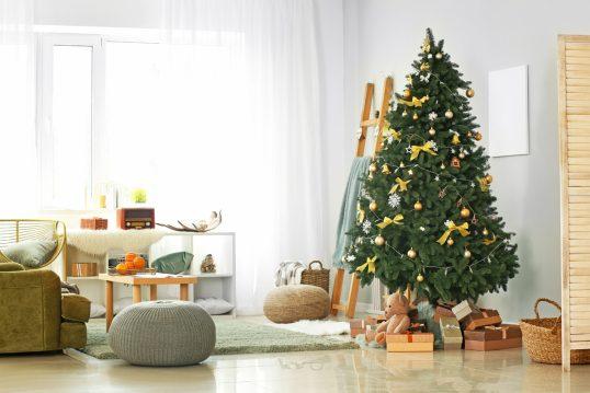 Wohnzimmer-Gestaltung mit Adventsdeko – Weihnachtsbaum mit goldenen & gelben Weihnachtsbaumschmuck – Regal  Sitzkissen & Holzcouchtisch