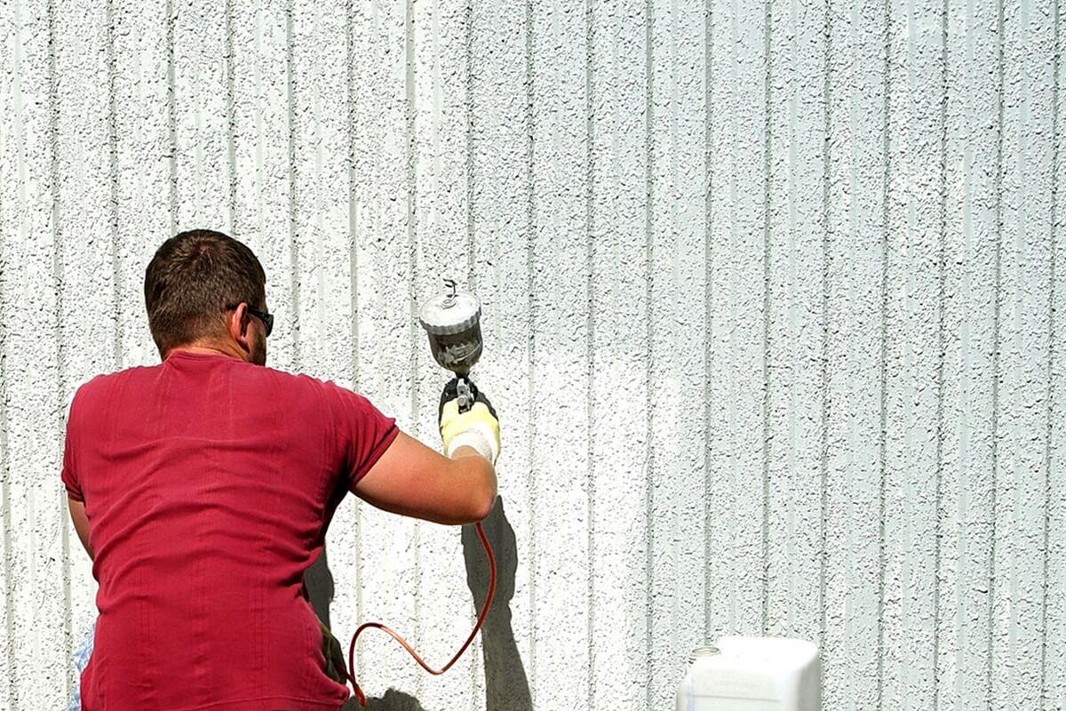 Eine unebene Wand lässt sich leichter ansprühen als anstreichen.