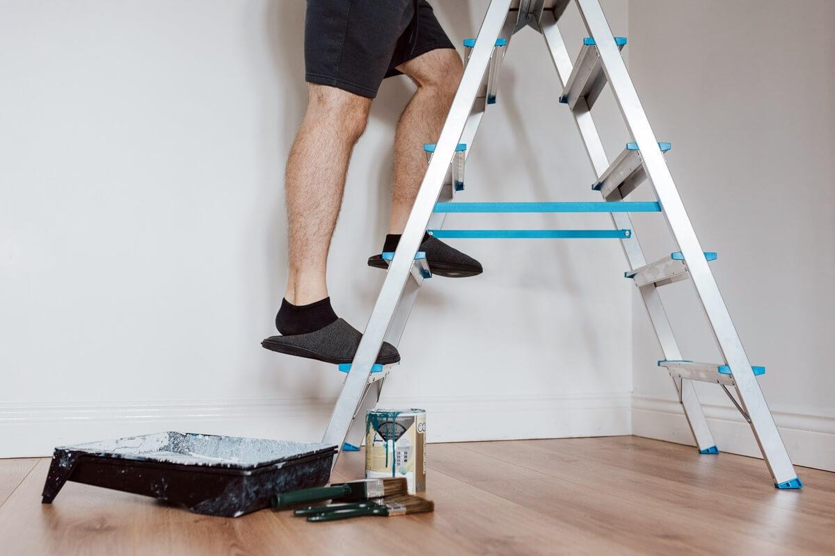Decke streichen auf Leiter