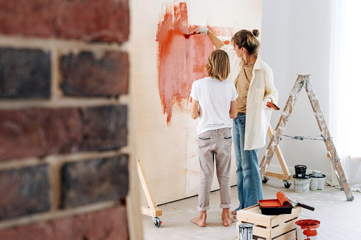Mutter mit Kind bei der Wandgestaltung