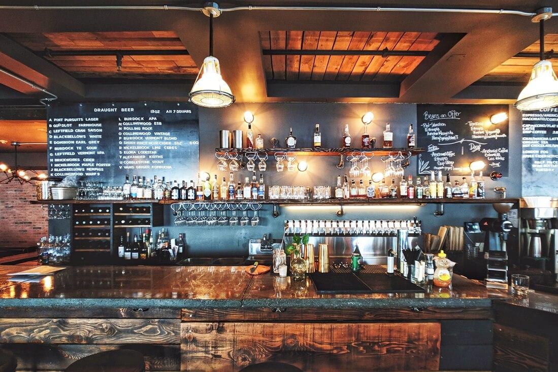 Bar mit dunkelblauer Rückwand mit Anti-Nikotin-Farbe