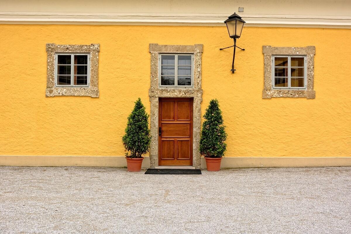 Auffällige Hausfassade in knalligem Gelb