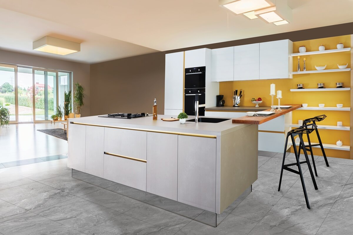 Küche mit gelber & brauner Wandgestaltung