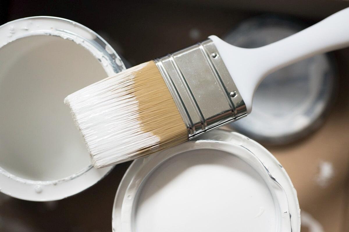 Weiße Farbe mit höherer Deckkraft durch höhere Anzahl der Farbpigmente