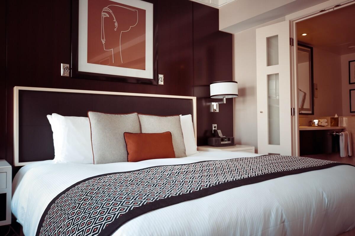 Atmungsaktive Farbe in Dunkelrot fürs Schlafzimmer