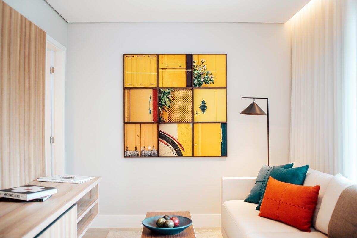 Kleines Wohnzimmer in weißer Wandfarbe