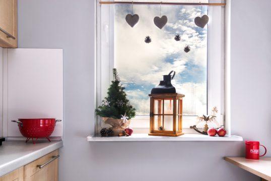 Wohnidee – Fenster & Fensterbank in der Küche mit Weihnachtsdekoration &...