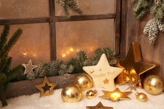 Idee für die Fensterbank mit Weihnachtsdeko – Beispiel mit goldenen Weihnacht...