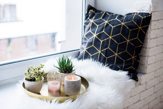 Wohnidee – Gemütliche Dekoration auf der Fensterbank mit goldenen Dekoteller – Teelichter & P...