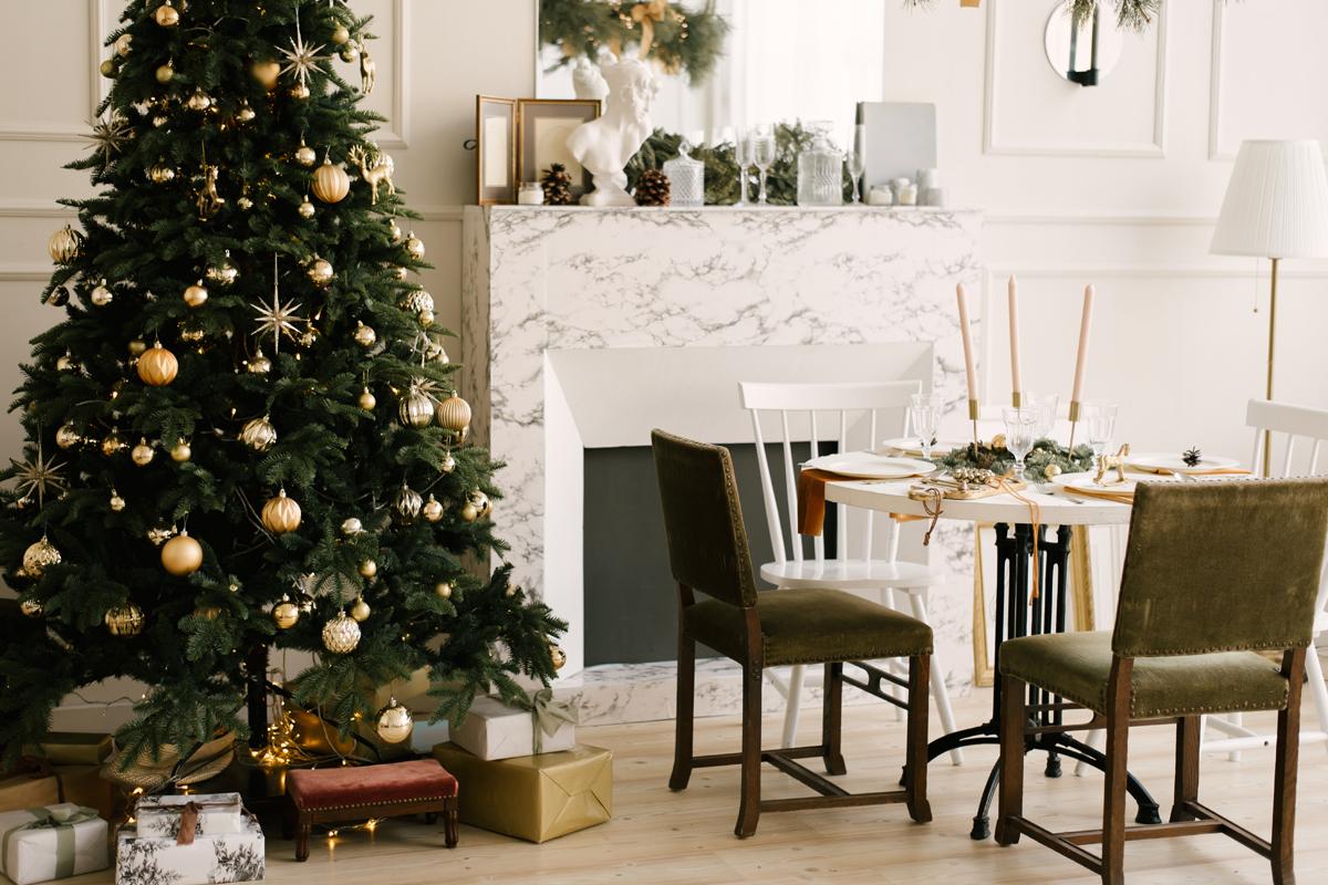 Traditioneller Weihnachtsbaum mit goldenem Schmuck im Esszimmer