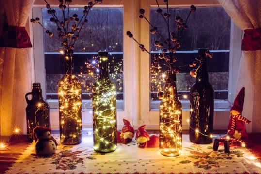 Idee mit Weihnachtsdeko auf der Fensterbank Innen – Glasflaschen mit Lichterk...