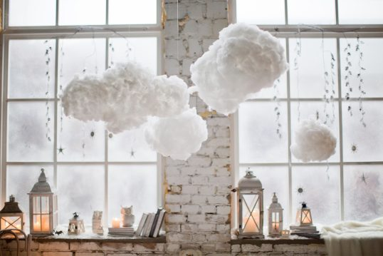 Winter Fensterdeko Idee – Laternen & Dekofiguren auf der Fensterbank – Hängende Lichterketten & selbstgebastelte Wolken