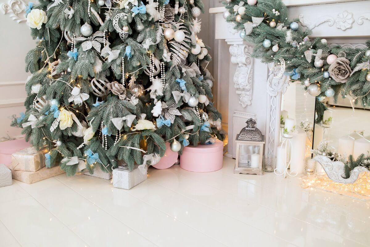 Stark geschmückter Weihnachtsbaum in Silber, Blau und Weiß