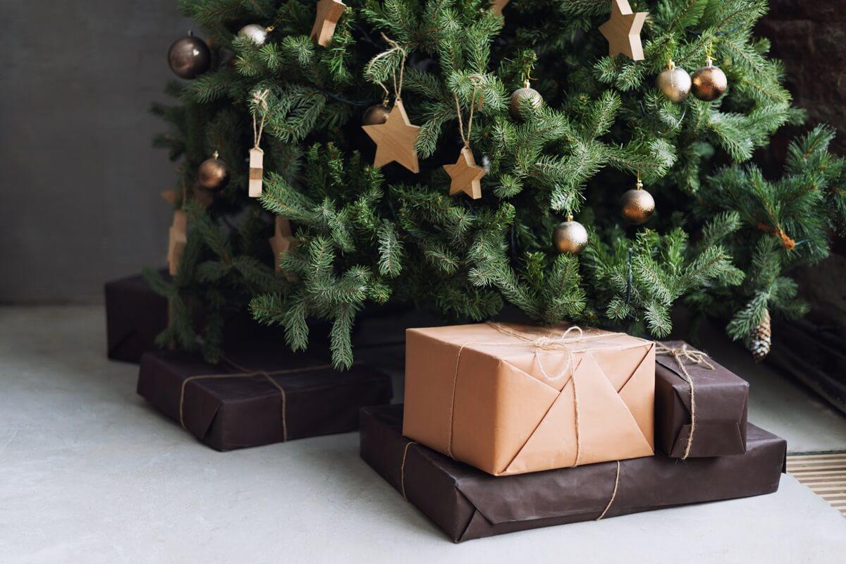Schlichter Weihnachtsbaum mit Holzsternen