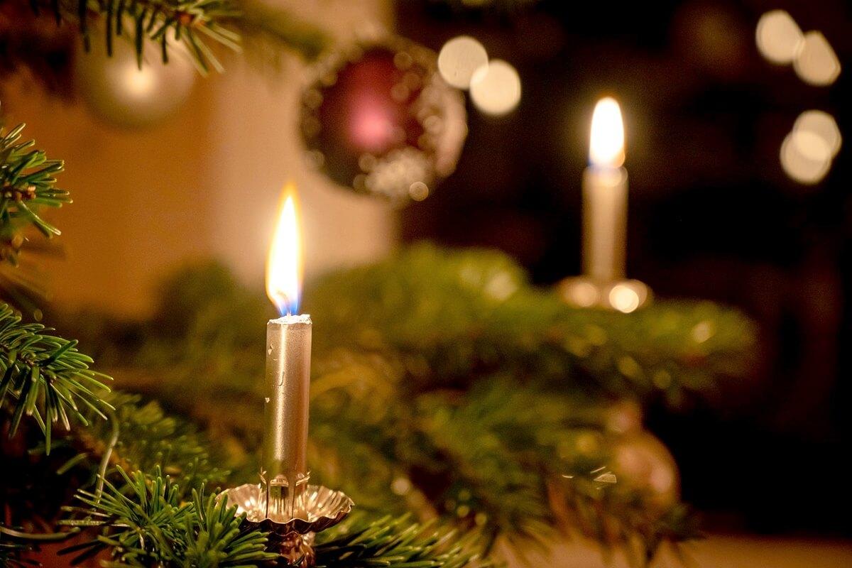 Brennende Kerze am Weihnachtsbaum