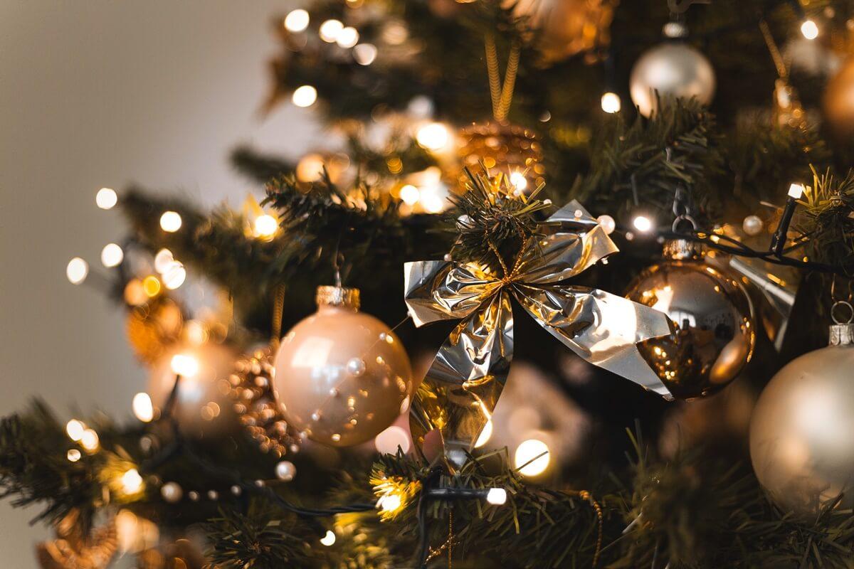 Weihnachtsbaum mit kleinen, silbernen Schleifen