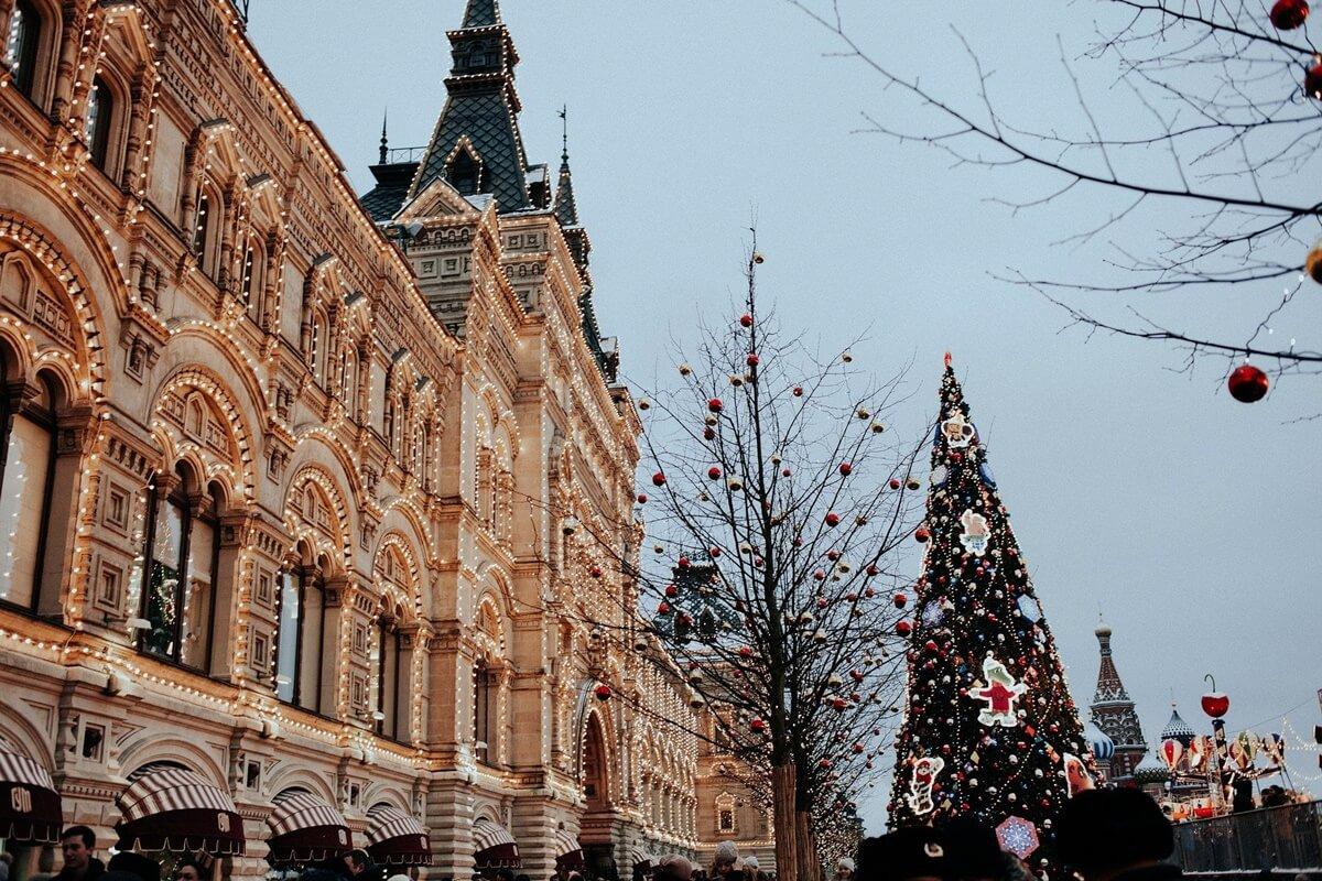Beleuchteter Weihnachtsbaum in einer Altstadt
