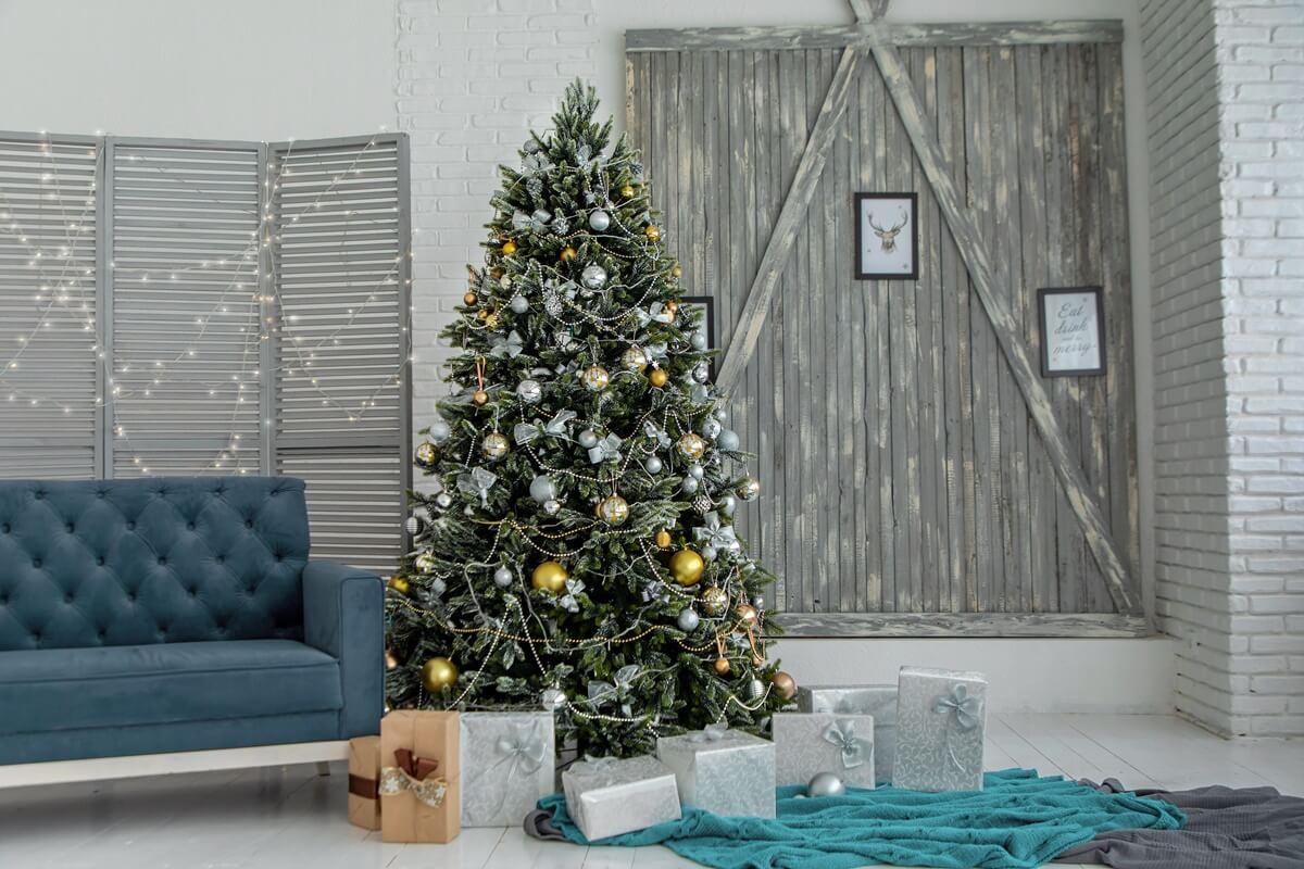 Wohnzimmer mit großem Weihnachtsbaum