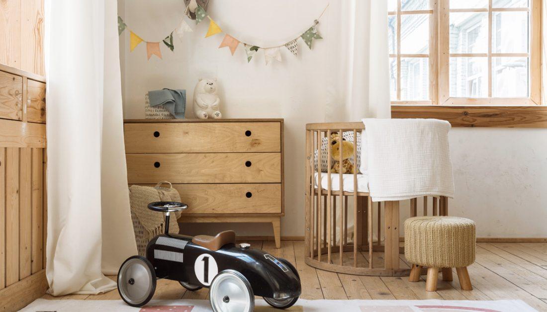 Babyzimmer oder Kinderzimmer Idee im Landhausstil mit Babywiege & Kommode - Girlanden als Wanddekoration